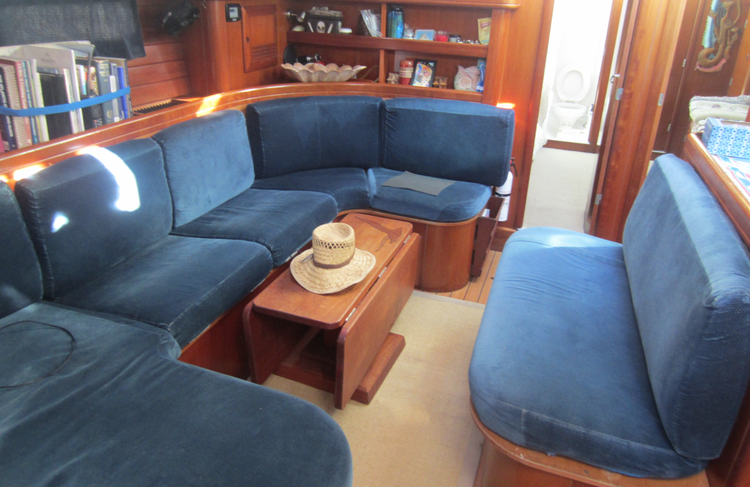 Discover North Palm Beach surroundings on this Oceanis50 Benneteau boat