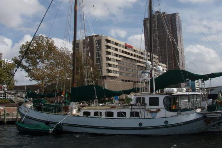 Discover Hollywood surroundings on this Custom gaff-rigged ketch Lemsteraak boat