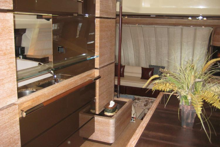 Discover Fort Lauderdale surroundings on this Alfoz Azimut boat