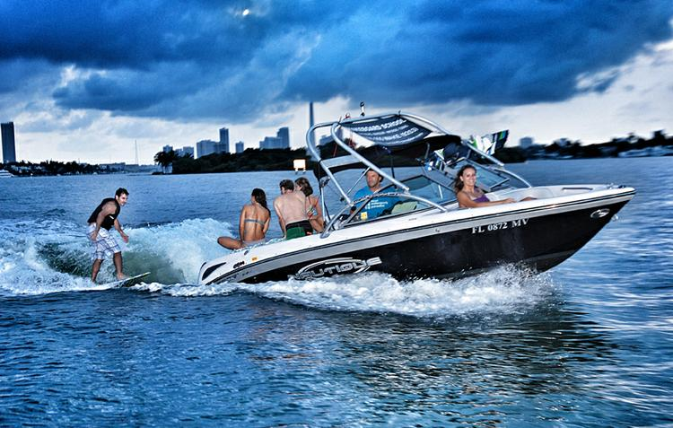 Up to 6 persons can enjoy a ride on this Ski and wakeboard boat