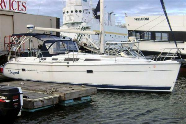 Discover Jersey City surroundings on this Sloop Hunter boat
