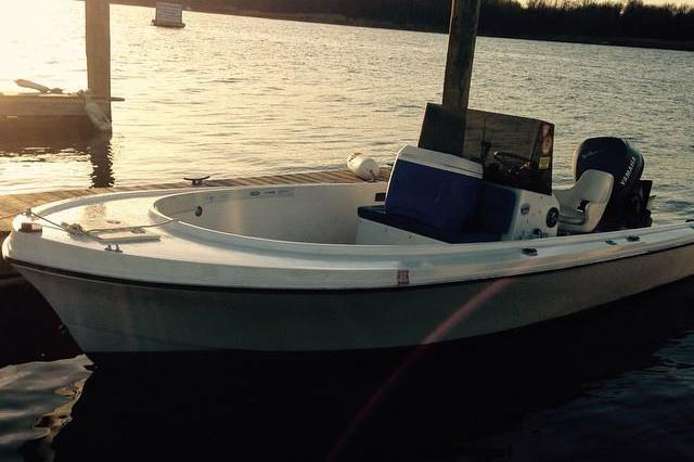 Up to 3 persons can enjoy a ride on this Center console boat