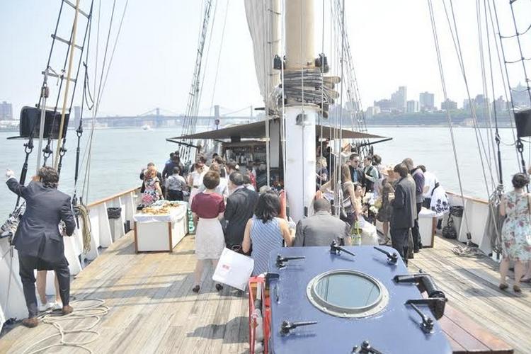 Discover New York surroundings on this DeJong & Lebet DeJong & Lebet boat
