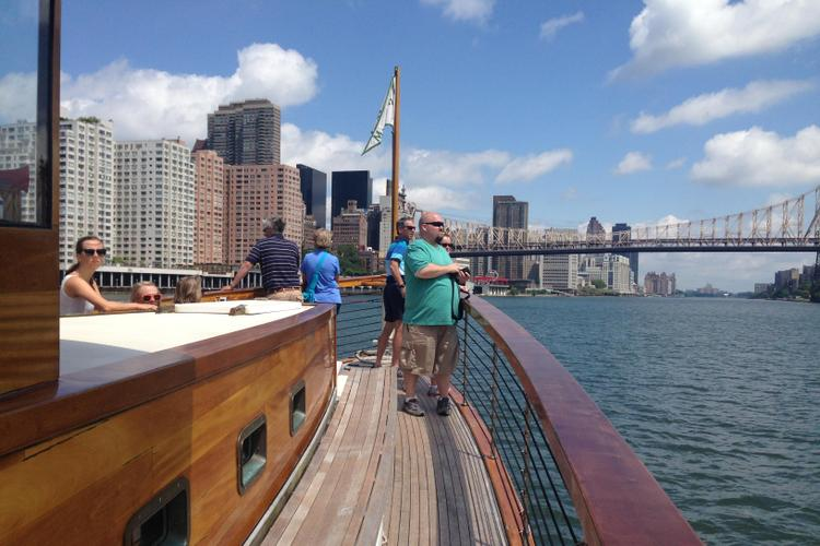 Discover New York surroundings on this Classic Classic boat