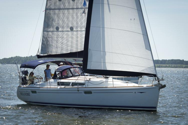 This 39.0' Jeanneau cand take up to 8 passengers around Solomons