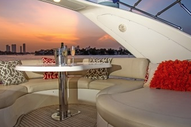 This 68.0' Azimut cand take up to 12 passengers around Miami
