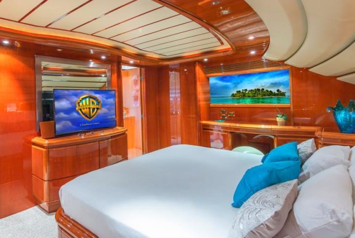 Discover Miami surroundings on this 940 Ferretti boat