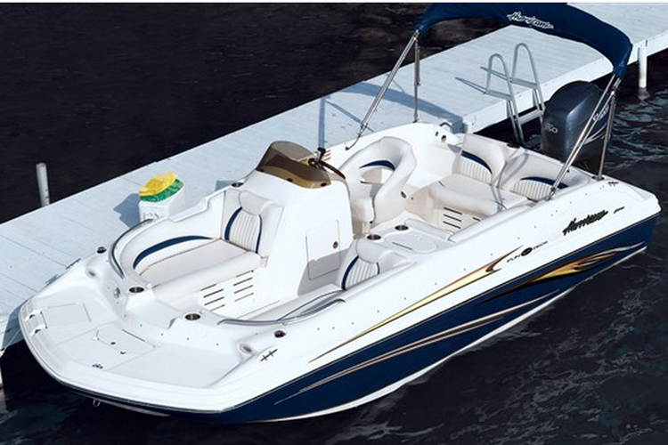 Up to 8 persons can enjoy a ride on this Ski and wakeboard boat