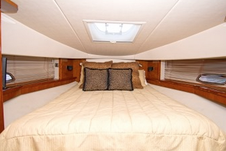 This 48.0' Sea Ray cand take up to 12 passengers around Miami