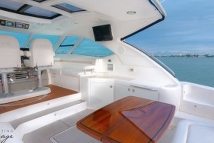 Discover Miami surroundings on this Cruiser Sea Ray boat
