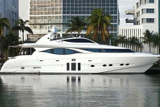 Discover Miami Beach surroundings on this Mia Cortenzo boat