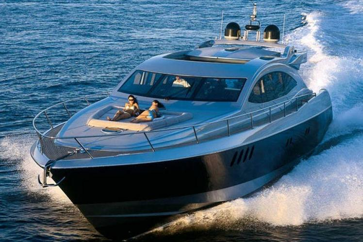 This 87.0' Warren cand take up to 12 passengers around Miami Beach