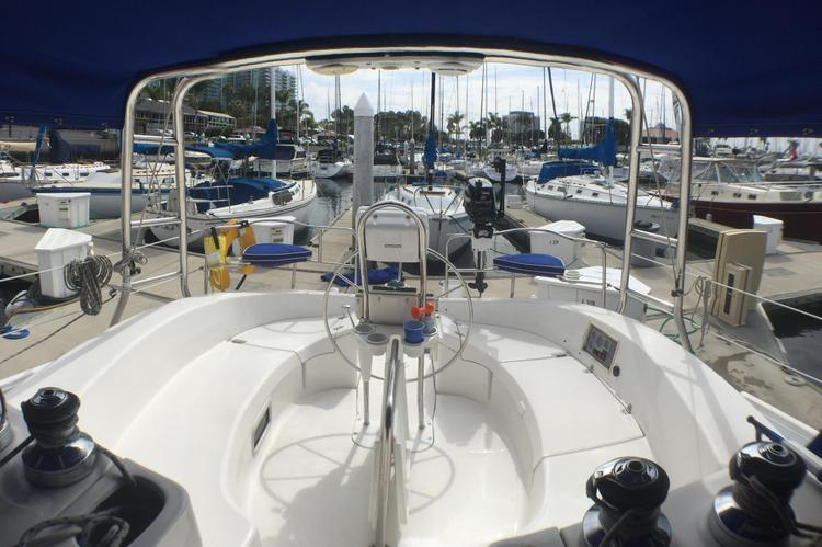 Discover Marina Del Rey surroundings on this 466 HUNTER boat