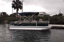 Cozy Bennington pontoon for a nice gathering