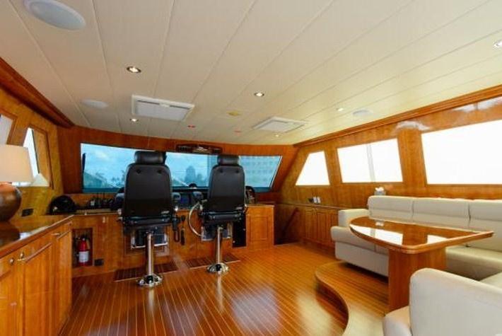 Discover Miami surroundings on this Horizon Horizon boat