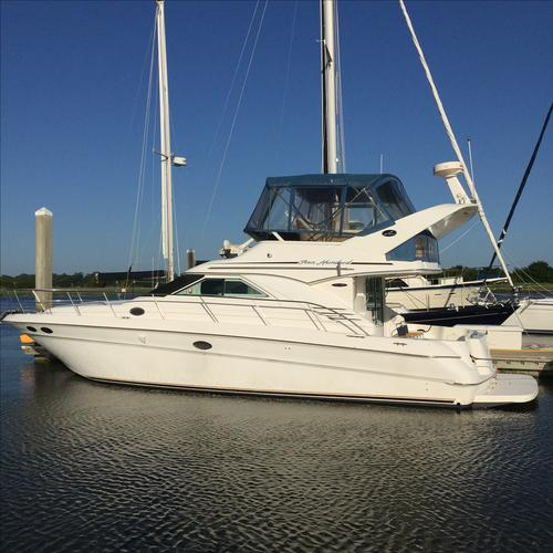This 44.0' Sea Ray cand take up to 6 passengers around Thunderbolt