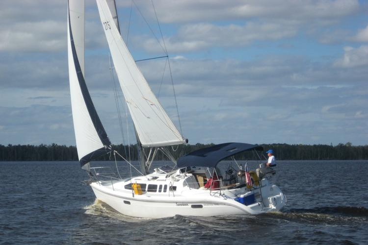 This 34.0' Hunter cand take up to 4 passengers around Hartfield