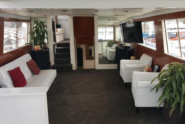 Discover Newport Beach surroundings on this Custom Matthews boat