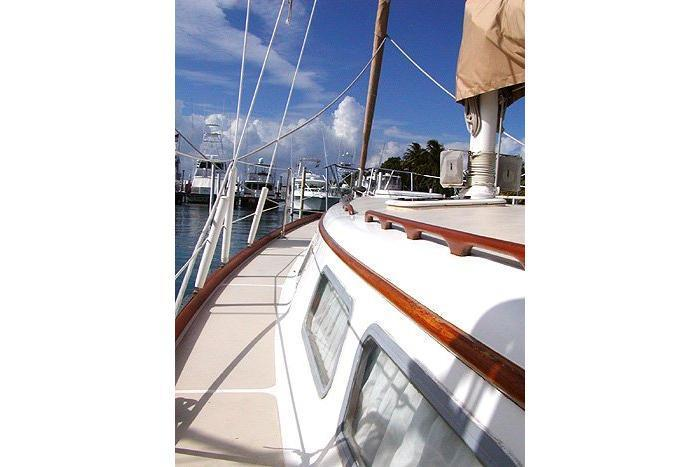 This 37.0' Gulfstar cand take up to 6 passengers around West Palm Beach