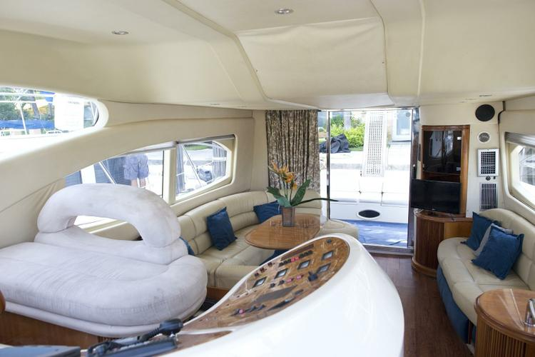 This 49.0' Azimut cand take up to 12 passengers around Fort Lauderdale