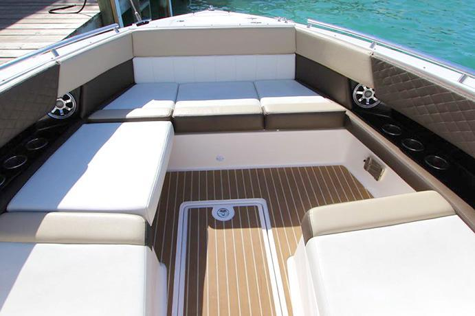 This 32.0' Regal cand take up to 12 passengers around Marsh Harbour