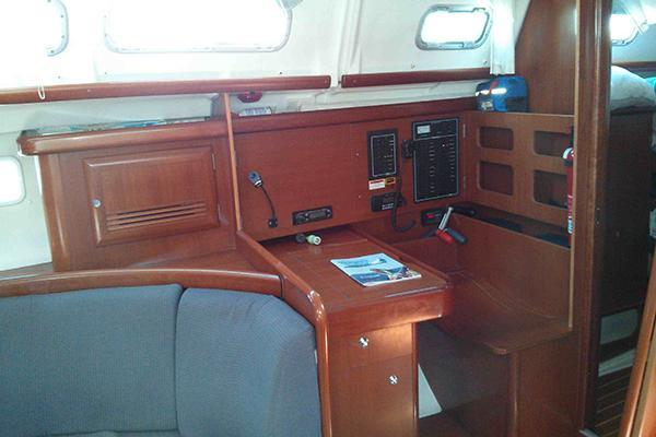 This 43.0' Beneteau cand take up to 12 passengers around Long Beach
