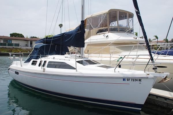Discover San Diego surroundings on this 290 Hunter boat