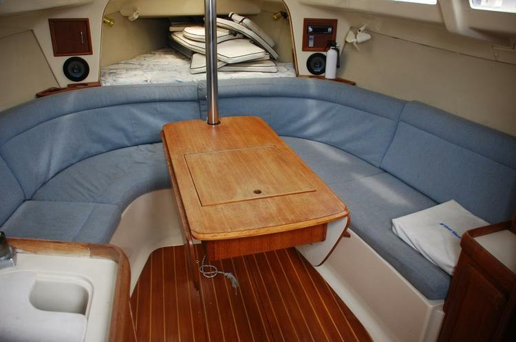 This 30.0' Hunter cand take up to 6 passengers around San Diego