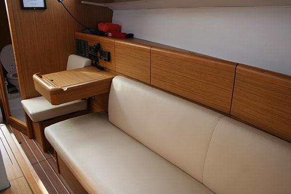 Discover Marina del Rey surroundings on this 33i Jeanneau boat