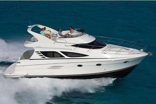 Discover New York surroundings on this 43´ Sport Bridge Silverton boat