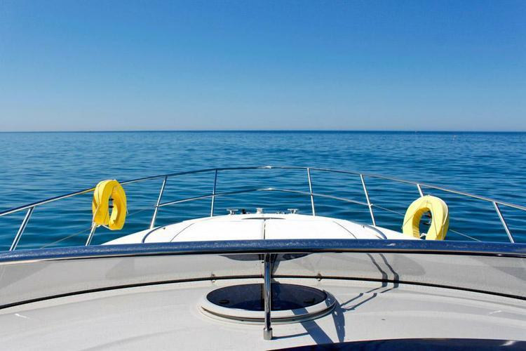This 47.0' Atlantis cand take up to 10 passengers around Vilamoura