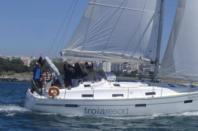 This 36.0' Bavaria cand take up to 8 passengers around Belem