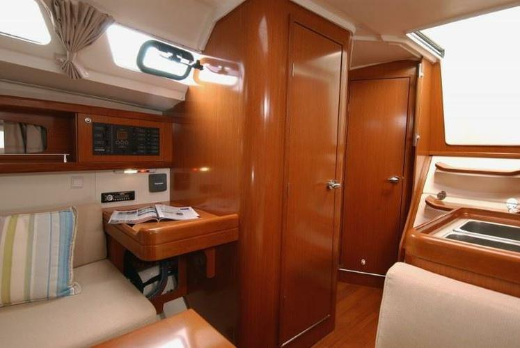 This 34.0' Beneteau cand take up to 8 passengers around Lagos
