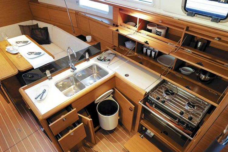 Discover Fort Lauderdale surroundings on this Sun Odyssey 379 Jeanneau boat