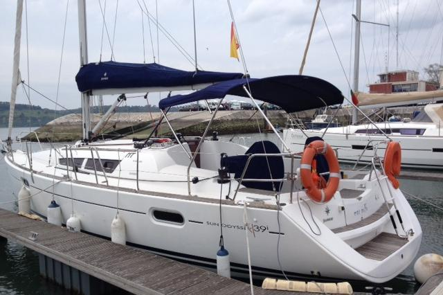 Sail the Tagus River in this elegant Jeanneau