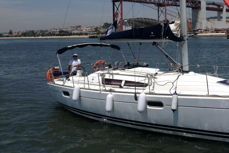 This 39.0' Jeanneau cand take up to 11 passengers around Belem