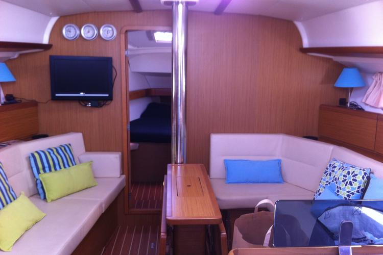 Boat for rent Jeanneau 42.0 feet in Doca do Bom Sucesso, Portugal