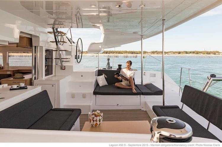 This 45.0' Lagoon cand take up to 6 passengers around Faro