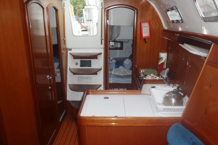 This 34.0' Beneteau cand take up to 6 passengers around Road Town