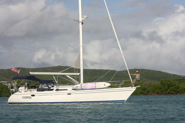 This 42.0' Catalina cand take up to 6 passengers around Fajardo