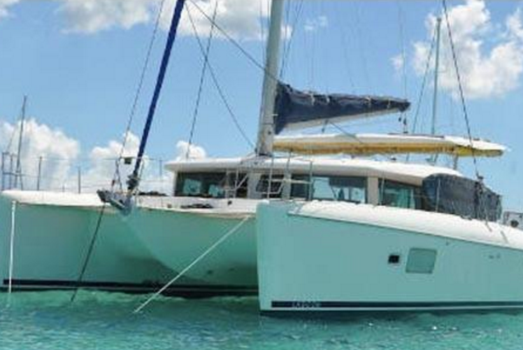 Discover Tortola surroundings on this 42 Lagoon boat