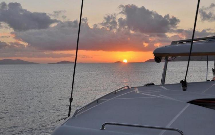 This 42.0' Lagoon cand take up to 4 passengers around Tortola