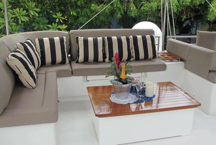 Up to 6 persons can enjoy a ride on this Lagoon boat