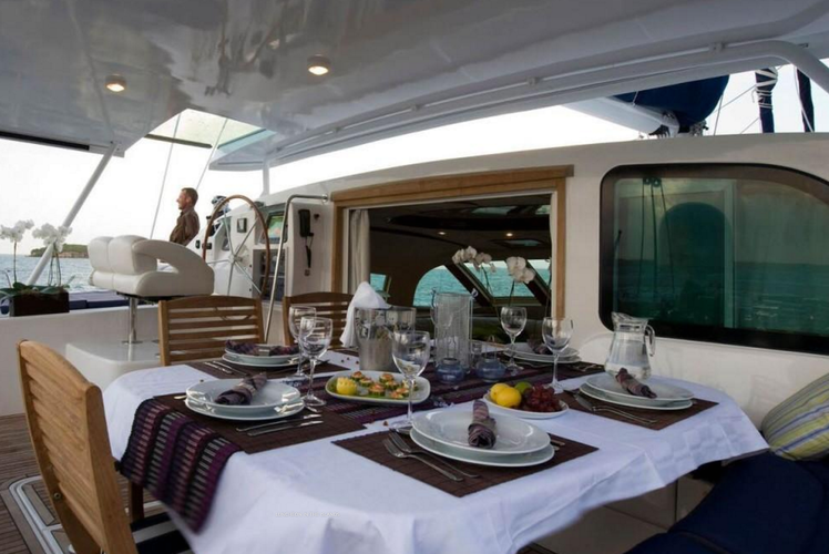Discover Tortola surroundings on this 585 Privilège boat