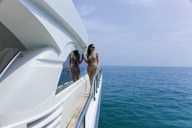Discover Athens surroundings on this 680 Dominator boat