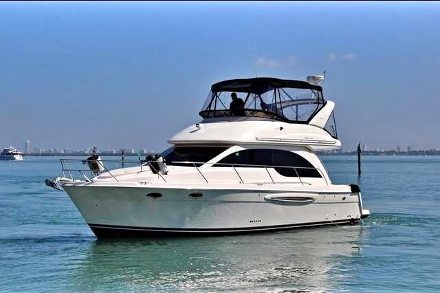 Discover Miami surroundings on this 381 Meridian boat