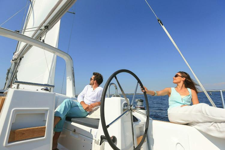 This 35.0' Beneteau cand take up to 6 passengers around Athens