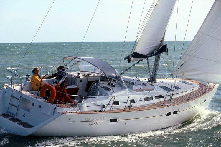 This 42.0' Beneteau cand take up to 8 passengers around Athens