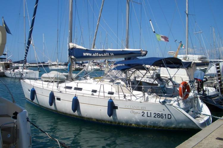 This 43.0' Beneteau cand take up to 8 passengers around Punta Ala