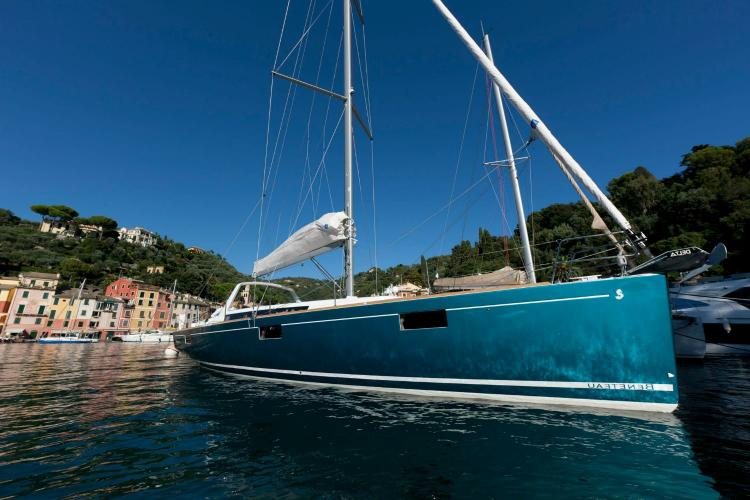 This 48.0' Beneteau cand take up to 10 passengers around Athens